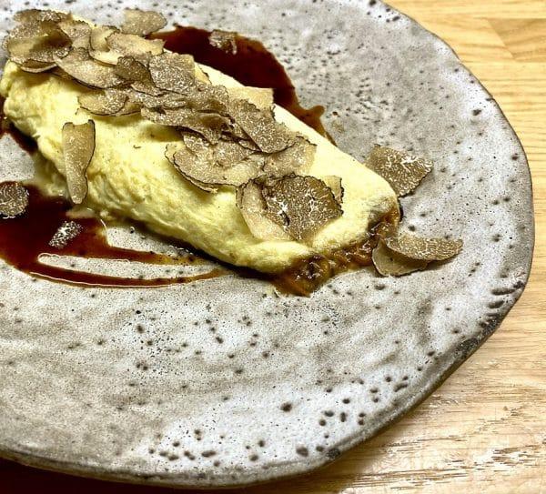tortilla jugosa de guiso de trompetillas, jugo de cebolla DO Fuentes y tuber melanosporum en restaurante trasiego de barbastro
